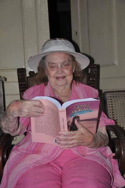 genu moraes e seu livro em mãos